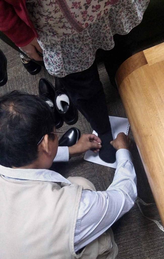 日本人女性「さっちゃん」の足の採寸をするおっちゃん