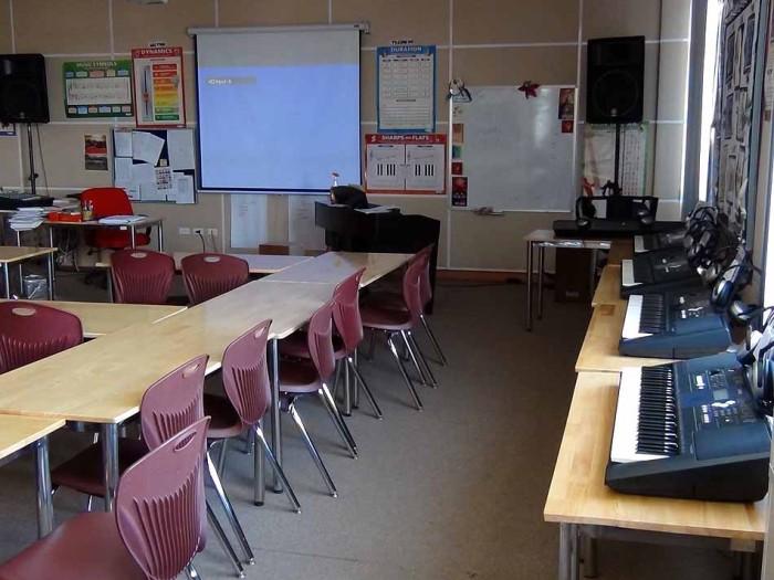 音楽の時間は受け身でなく積極的に自己表現する場、そんな雰囲気を感じる教室の風景です