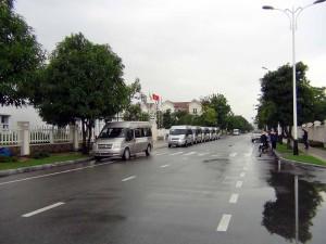 下校の時間が近づくと、決められたように正門前を夥しい数の送迎バスが並びます
