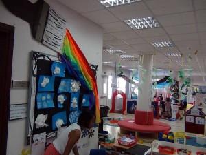 小さい子供たちの教室でも創作意欲を掻き立てる壁面展示です