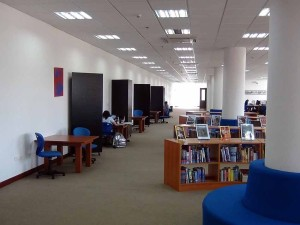 図書館で静かに自習をする高校生達