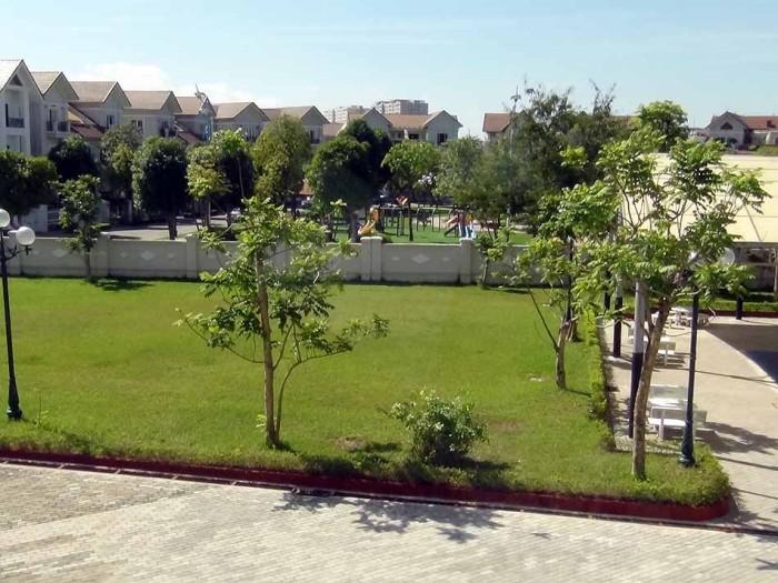 校庭を一歩外にでれば、Vinhomes Riverstdeの綺麗な家並みが静かに広がっています