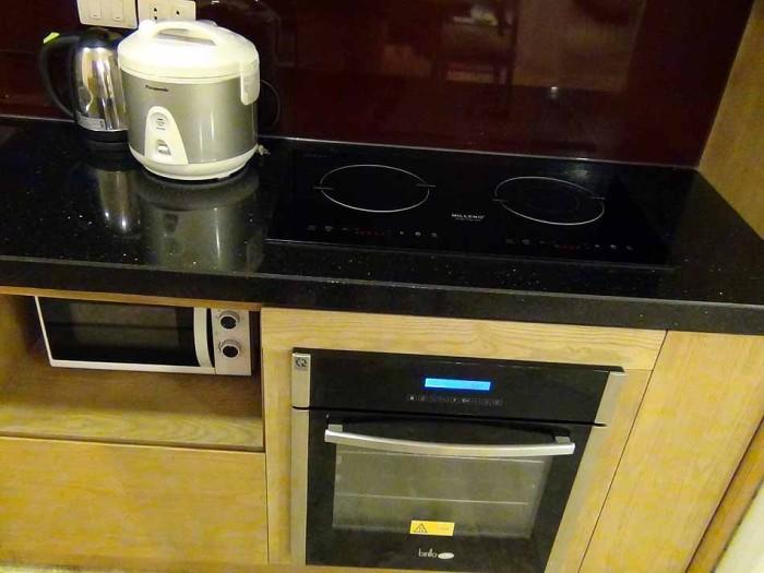 電気のクッキングヒーターにビルトインオーブンも標準装備