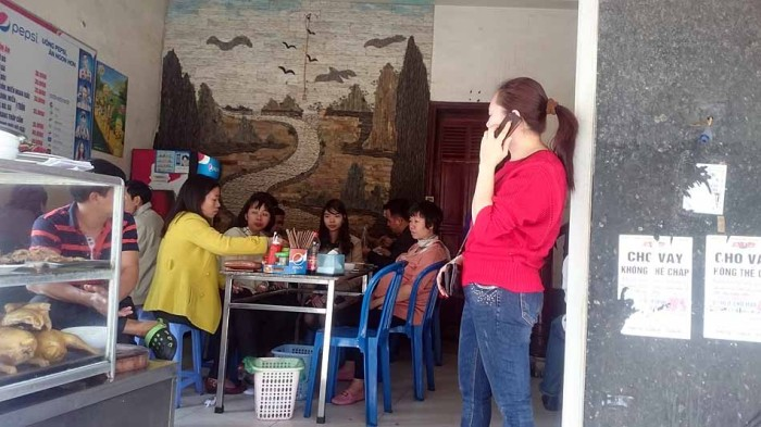 右側の赤い服着た女性が店長さん