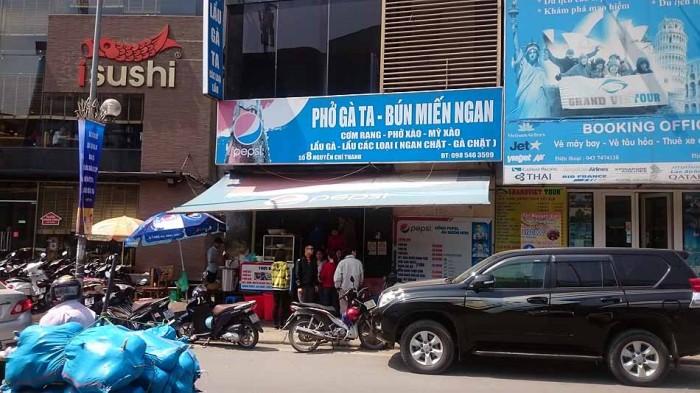 青い看板が「Mien Ngan」の美味しいKim Maのお店です(8 Nguyen Chi Thanh)