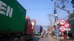 Hai Phongの街中「トラックの数がハノイに比べて半端ない」