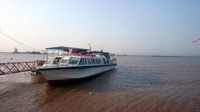 ハイフォン東部「ディンブー工業団地先」の船着き場からCat Ba島へ