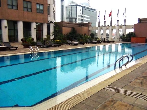 しっかりと泳げる長さの屋外プールがついています