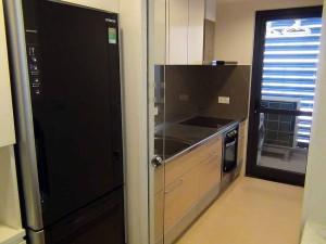 キッチンは緩やかなガラスの扉で仕切られています