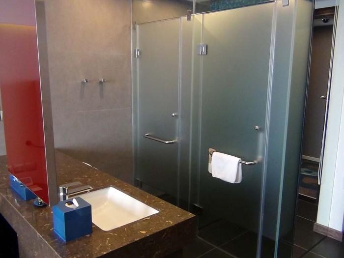 Studioタイプのシャワーブースとお手洗い「カーテンでベッドルームと仕切ることができます」