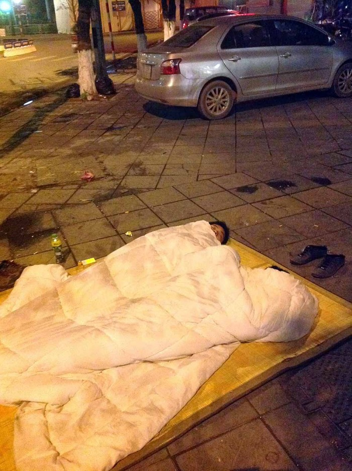 「おい、ハノイの冬は寒いんだよ。布団がないと、お墓で寝なきゃいけなくなるだろー」