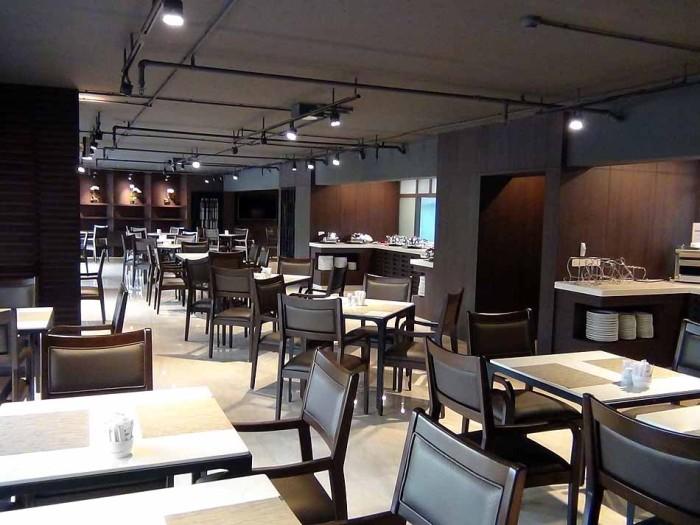 ダークブラウン色で統一されたレストランスペース