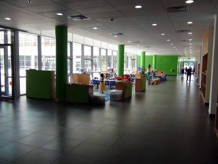 すっきりと掃き清められた廊下(食堂前の多目的スペース)