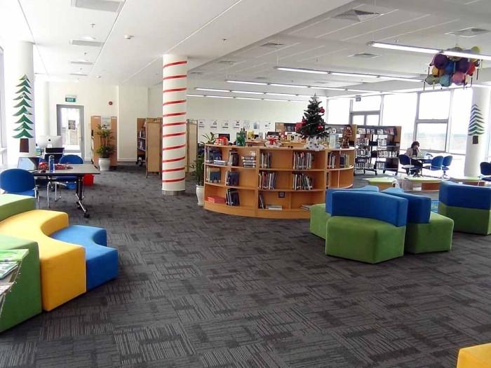 綺麗で広々とした図書館(1階)