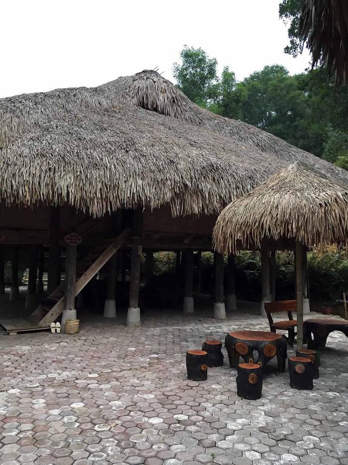 こういう高床式の藁葺き家屋が至る所に点在しています