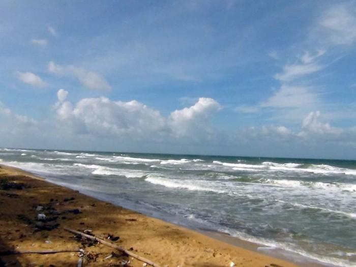 島の西側と東側とでは全く波の立ち方が違います