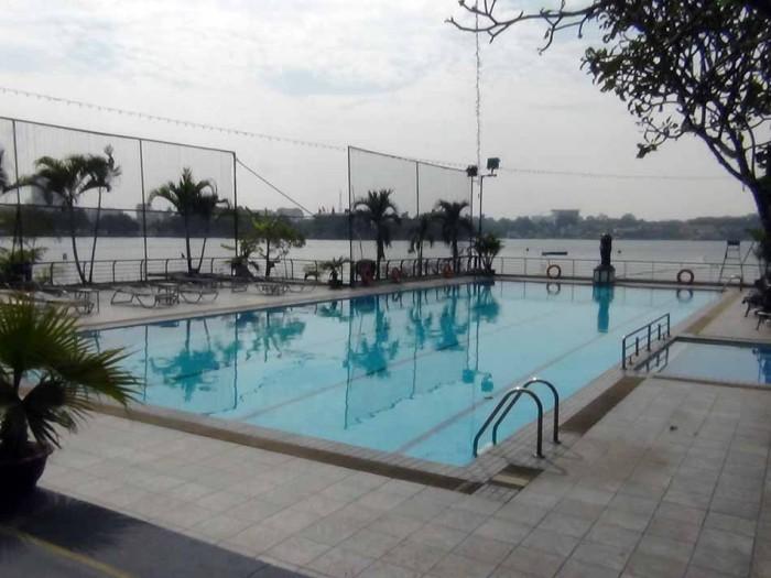 タイ湖に突き出すようにある屋外プール
