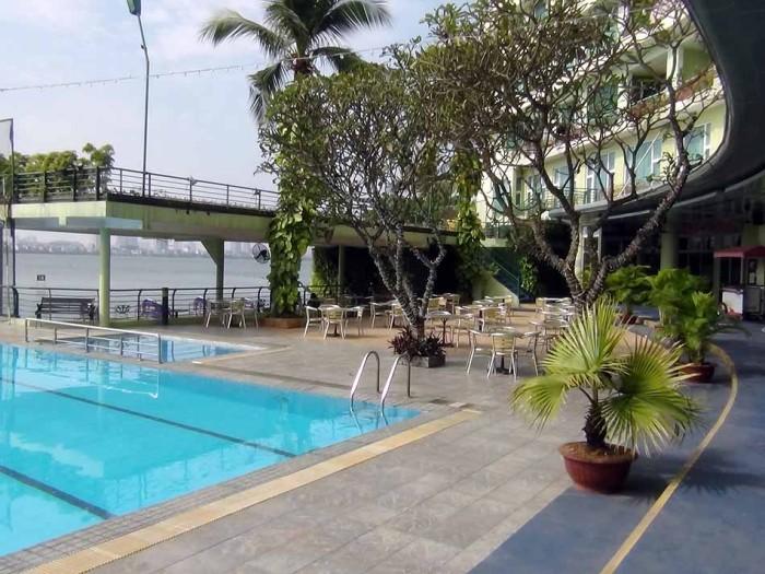 プールサイドの横には一通りフィットネスジムやキッズルームなどがあります