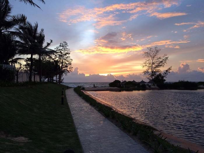 上の写真のサンセットバージョンです。西の海に沈む夕日を望めるのは、フーコックの特典かもしれません