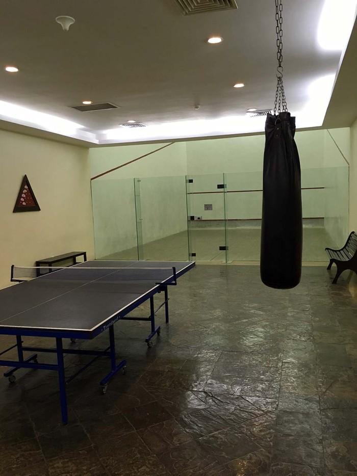 卓球スペースとその奥にはスカッシュコートがあります
