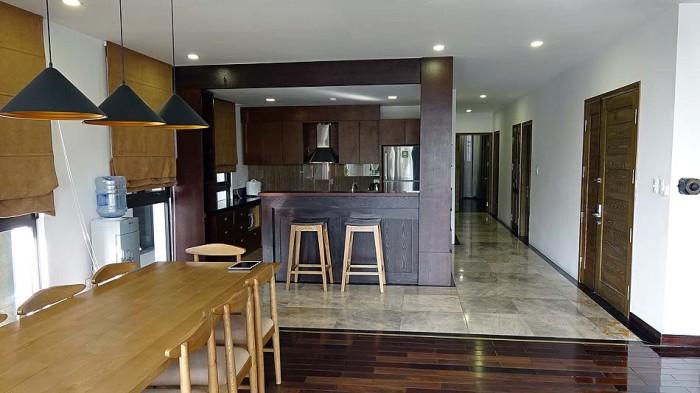 カウンターキッチンが小さく見えるほど広いリビングスペース