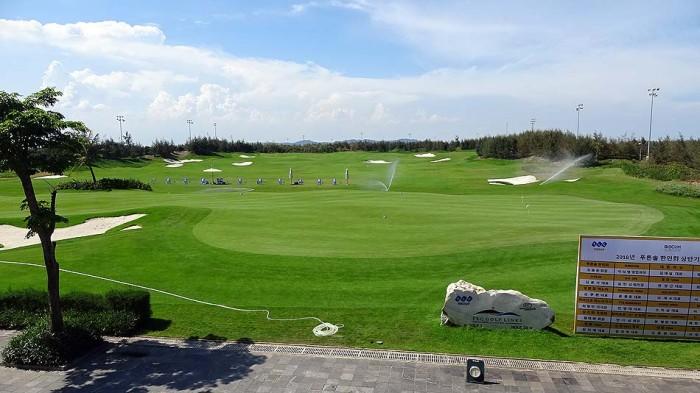 ゴルフ湯内の練習グリーン「芝に直接ボールを置いて打つことができます」