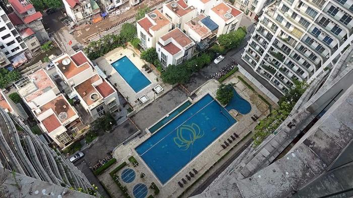 プールが小さく見えてしまうほどの高層階です