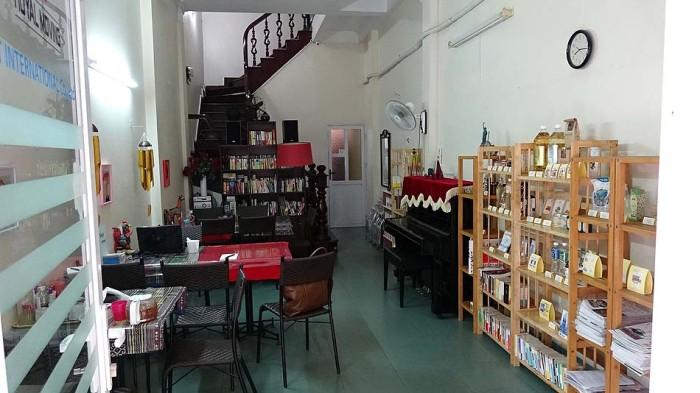1階には本業の引越業でお客様からいただいた大量の書籍が綺麗に並んでいました
