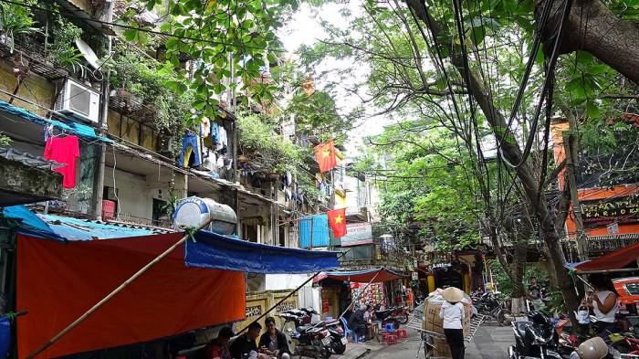 大通りを一歩路地に入ると、そこはベトナム人庶民の生活があふれています