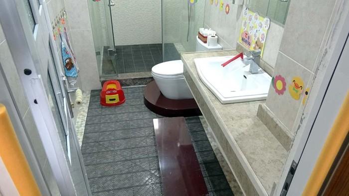 洗面にも便器にも踏み台を備え付けています。細部に気配りが行き届いていますね
