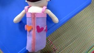 お人形の着せ替えをしながら日常生活で必要な手先の動きを学べる手作りおもちゃです