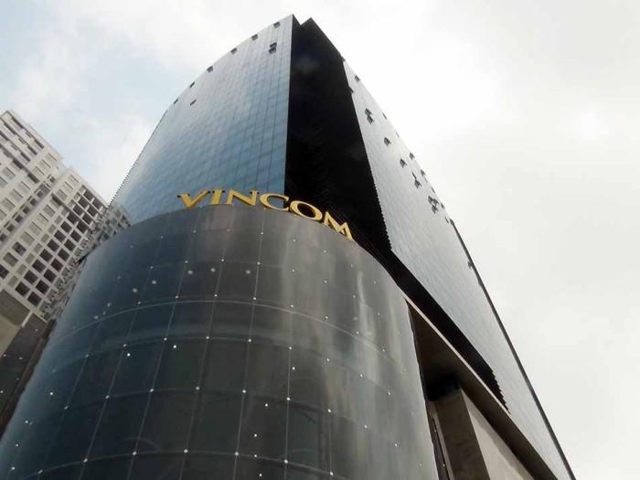 道沿いのオフィスビルとショッピングモール(Vinhomes Nguyen Chi Thanh)