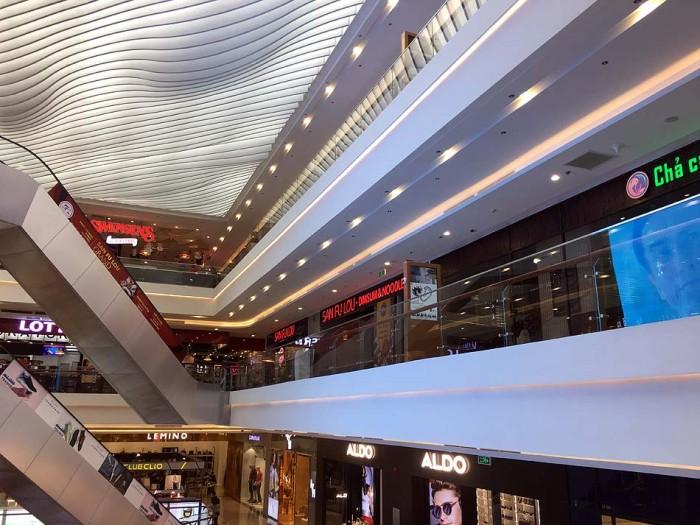 「Vinhomes Metropolis」に有って他にはないもの、それはこのショッピングセンターとフードコートの集積です
