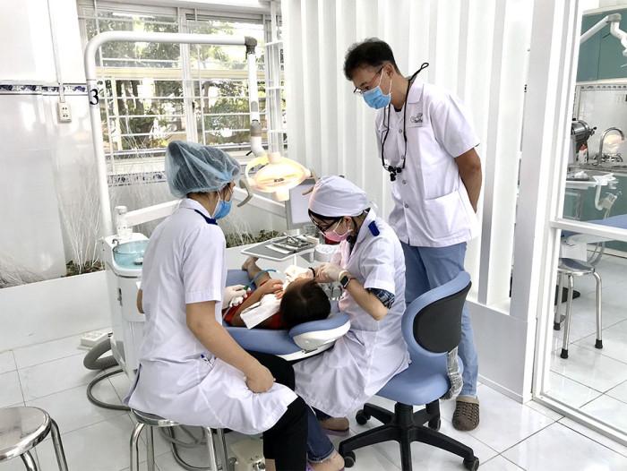ベトナムの歯科技術向上の為に活動される幾島先生です(右端の方)