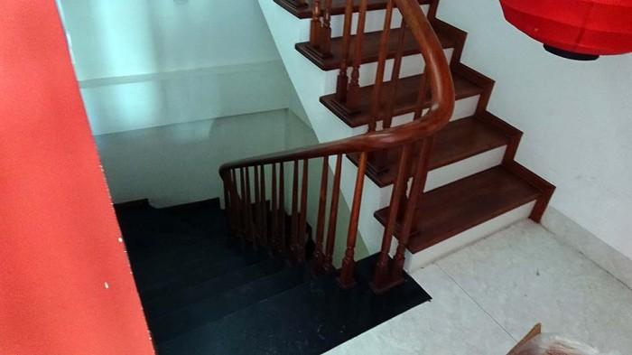 階段スペースから店内に入れないように扉を付ければOKです