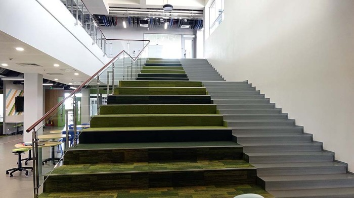 先生とのホームルームの際に使う「階段兼集会スペース」、イメージはサパの段々畑