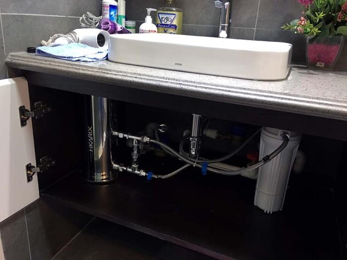 屋上の貯水タンクから降りてくる水を、アパートに入る水際で浄水機を入れる仕組みです