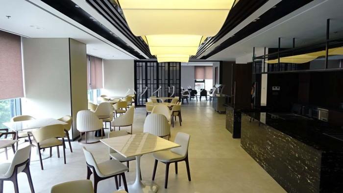 個室も準備された広い朝食・ランチ・ディナーのレストランスペース