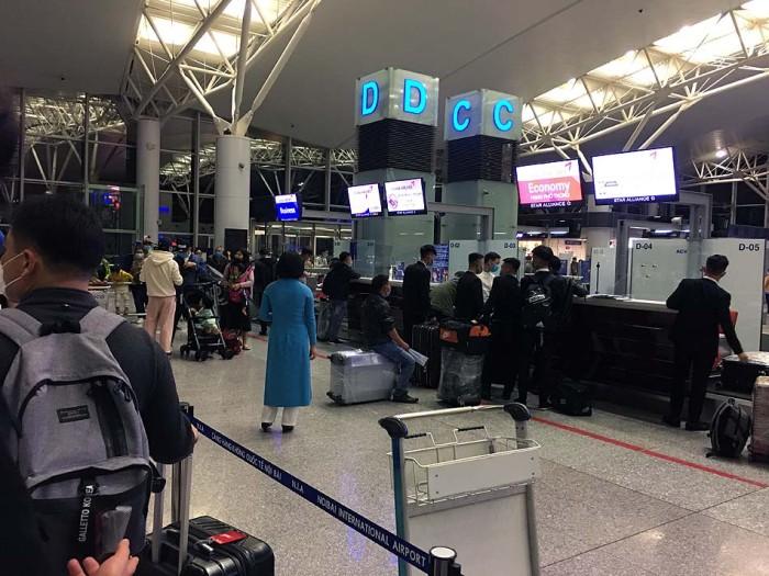 ノイバイ空港のカウンター