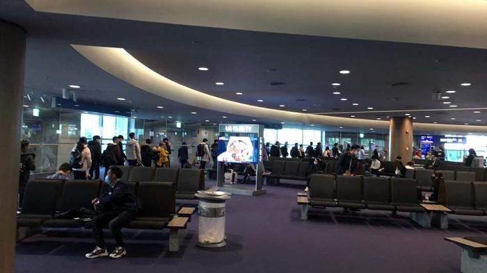 仁川(インチョン)空港から関空へ向かう人の列