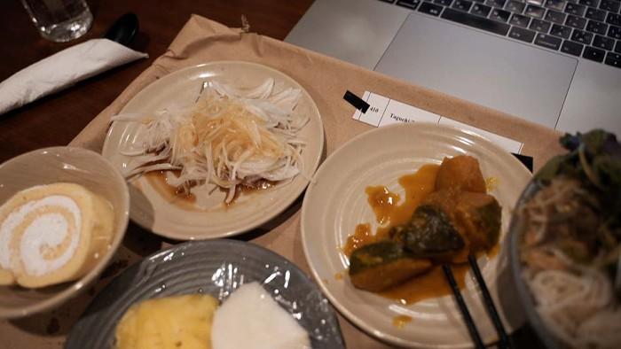 家から持ってきたカミさん自家製のオニオンスライスとカボチャの煮物